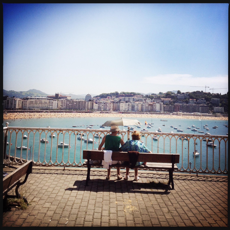 Promenade le long de la baie de San Sebastian. Grands mères aux ombrelles.