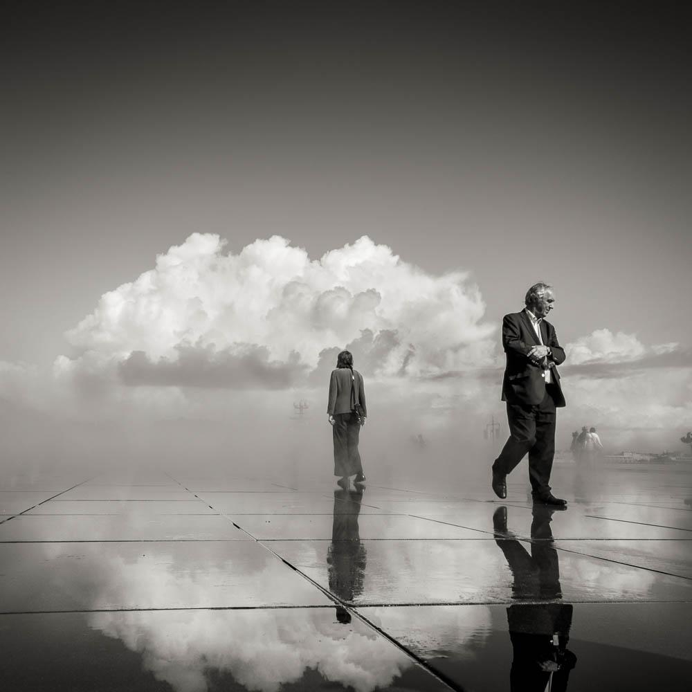 Photo d'un homme et d'une femme au miroir d'eau